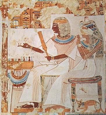 На древнеегипетской фреске из Бени-Хасана кошка в ошейнике расположилась рядом с хозяйкой дома. Ок. 3000 до н. э.